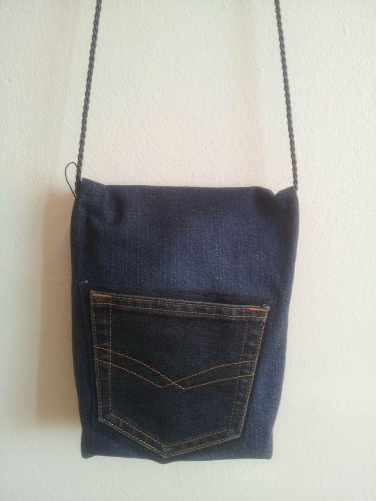 Tummansininen pieni farkkulaukku, laukku takaa // Dark blue small jeansbag, backside