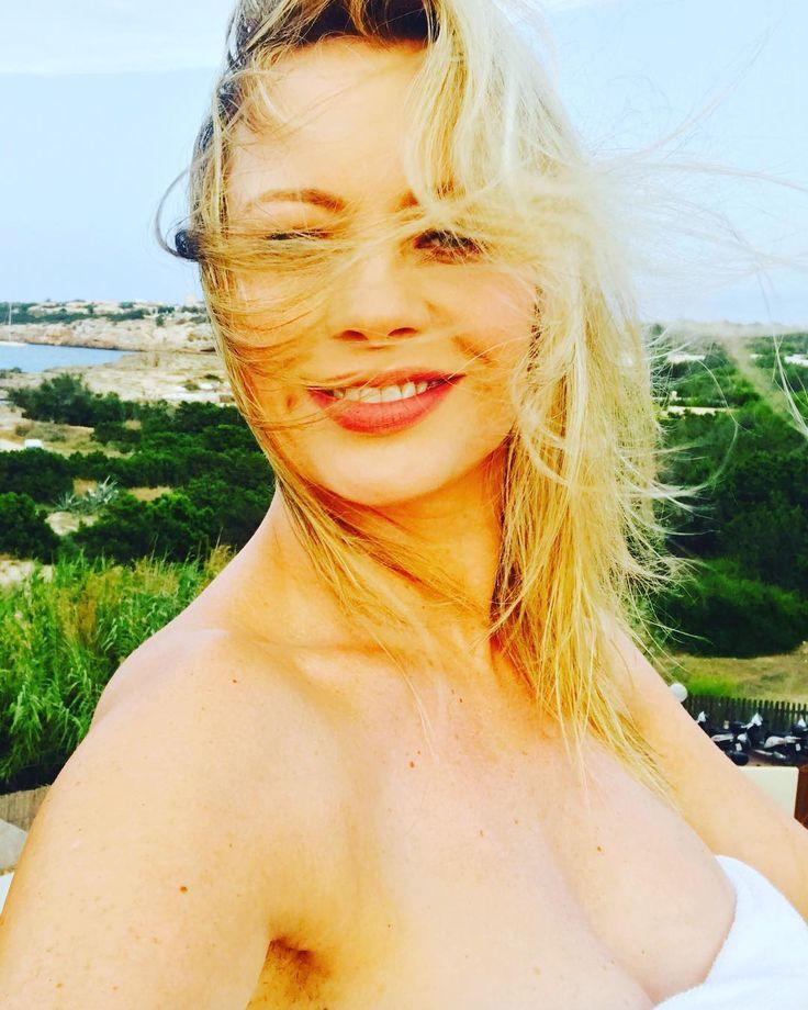 """""""Mi piace"""": 4,267, commenti: 194 - Anna Falchi (@annafalchi22) su Instagram: """"Ops una folata di vento!! #buenasnoches #formentera #annafalchi #imieiattimi @annafalchi22"""""""