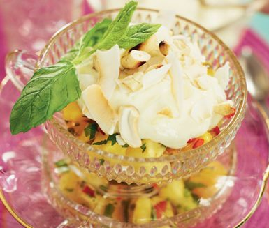 En exotisk fruktsallad med söt limekräm där du i förväg kan göra de olika delarna för att bara lägga ihop allt just innan bjudning. Den goda fruktsalladen innehåller bland annat het chilifrukt som passar perfekt med den lena citruskrämen.