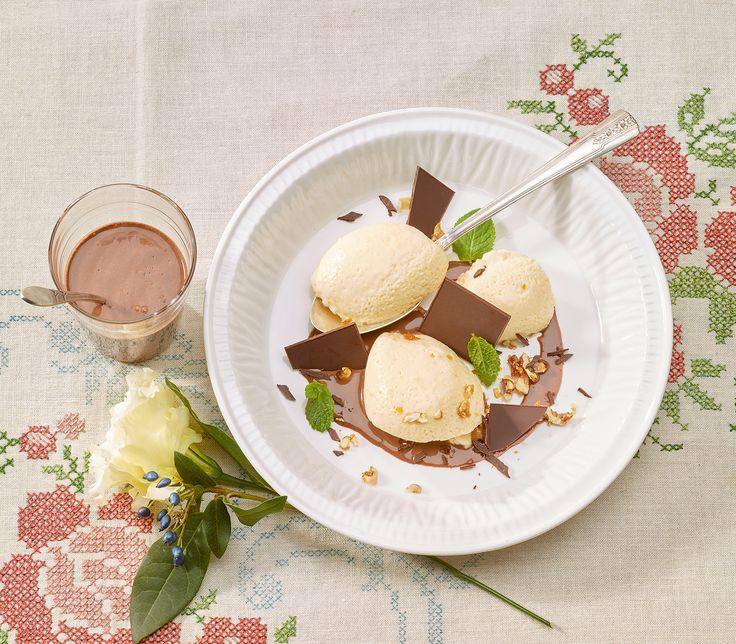 Eigentlich ist die Creme eher ein Mousse. Dem Geschmack dieses feinen Desserts mit Schokoladensauce tut dies jedoch keinen Abbruch.