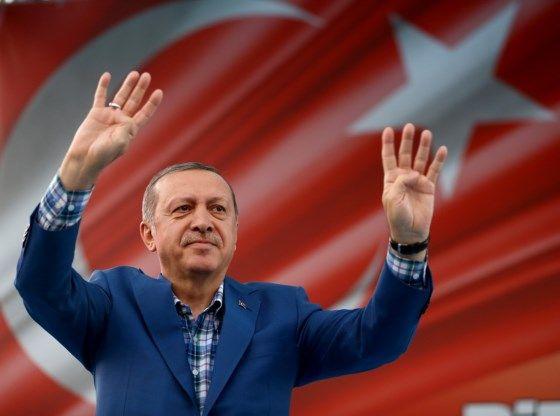 """""""De Nederlandse regering verzet zich tegen een campagnebijeenkomst van Turks minister van Buitenlandse Zaken Mevlut Cavusoglu in Rotterdam. Cavusoglu komt naar Nederland om steun te zoeken voor een grondwetswijziging die de macht president Tayyip Erdogan vergroot."""""""