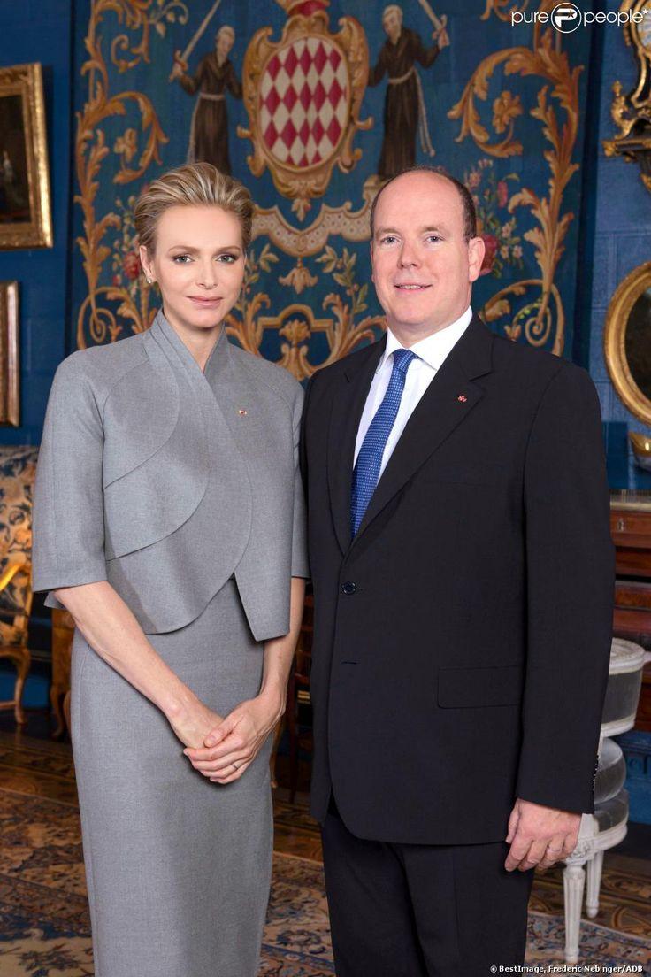 Portrait officiel de la princesse Charlene et du prince Albert II de Monaco, dévoilé le 16 décembre 2013. La photographie a été réalisée le 17 novembre par Frédéric Nebinger dans les salons du palais princier.