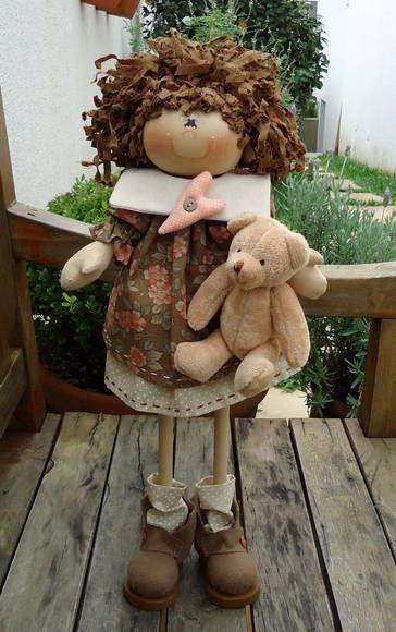 Apostila de moldes e passo a passo da boneca, e o kit de madeira da boneca para pintar. O ursinho não tem molde, pois, ele é importado. Frete por conta do cliente. R$ 76,00