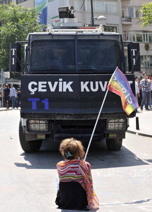 Muhsin Akgün'ün gözünden Taksim kaosu - 'peace -barış'  Taksim Gezi Park 11.06.2013