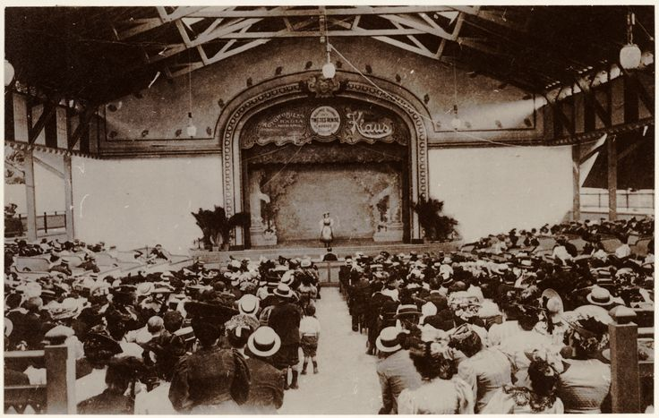 Salle de spectacle : l'Olympia à Lyon. Cette salle de spectacle a existé de 1906 à 1930. Joséphine Baker s'y produisit.