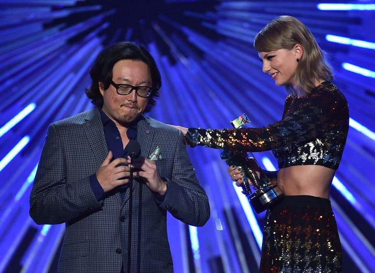 Taylor and Joseph Kahn accepting the VMA for Best Female Video! 8.30.15