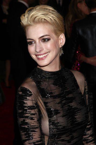 Anne Hathaway blonde au MET - EN IMAGES. Amel Bent passe au blond - L'EXPRESS