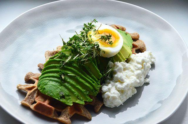 Frokostvaffel med avocado og æg