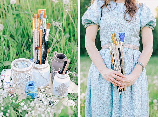 Фотосессия love story на природе, краски, кисти и рисунки на траве, девушка с кистями в руках