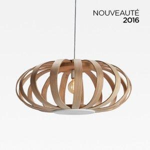 Suspension Chloe en lames de bois cintrées. La patte de la maison Limelo Design, qui fabrique ses produits en France.