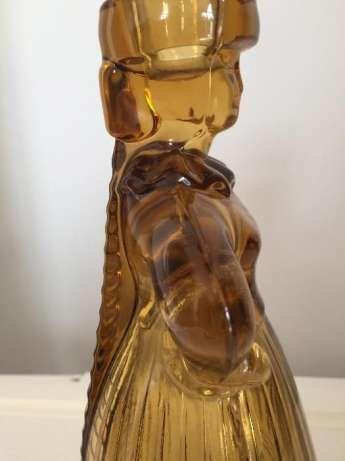 Projekt Eryki Trzewik-Drost, wykonanie HSG Ząbkowice. Figuralny świecznik z prasowanego szkła barwionego w masie. Wysokość 21 cm.