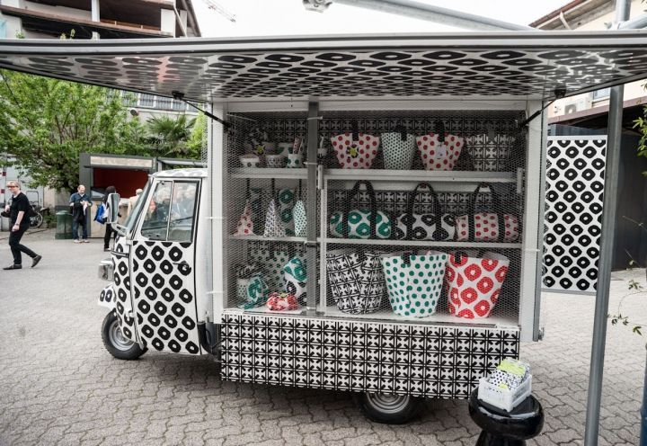 Merci il pop-up store. Milano--- Inspiring design for a pop-up shop on wheels. Continuing the theme of merchandise through to the vehicle design sends a powerful quality, upscale message! PopUp Republic
