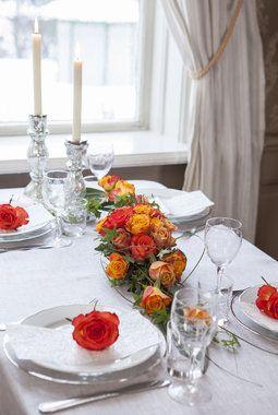 Pynt konfirmasjonsbordet med vakre roser i gylne farger.