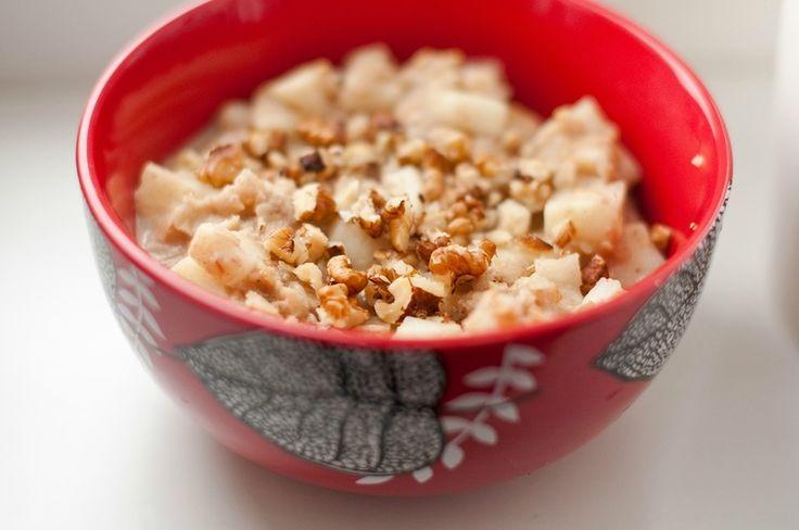 Завтрак-МегаСкраб. 5 ст л овсяных хлопьев, 5 ст л воды, 1 ст л молока или 1 ч л сливок (кокосового/какао масла), 1 ч л меда, 5 грецких орехов (фундука, миндаля). Хлопья залить на ночь водой, если заранее не успели приготовить, можно это сделать с утра минут на 15-20.  Добавляем молоко, мед и орехи. Важно:  После употребления скраба нельзя в течении 3 часов есть или пить