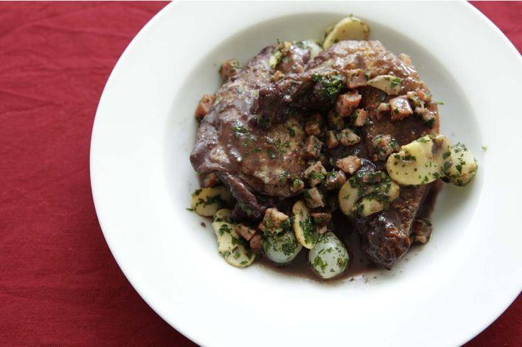 In Rotwein geschmortes Poulet. Dazu Speckwürfel, Petersilie, gebratene Champignons und Silberzwiebeln. Das ist Coq au vin. Das ist feinste französische Küche.