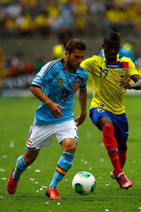 QUI05. GUAYAQUIL (ECUADOR), 14/08/2013.- El jugador de la selección de Ecuador Enner Valencia (d) disputa el balón con Jordi Alba Ramos (i) de España hoy, miércoles 14 de agosto de 2013, durante un pa