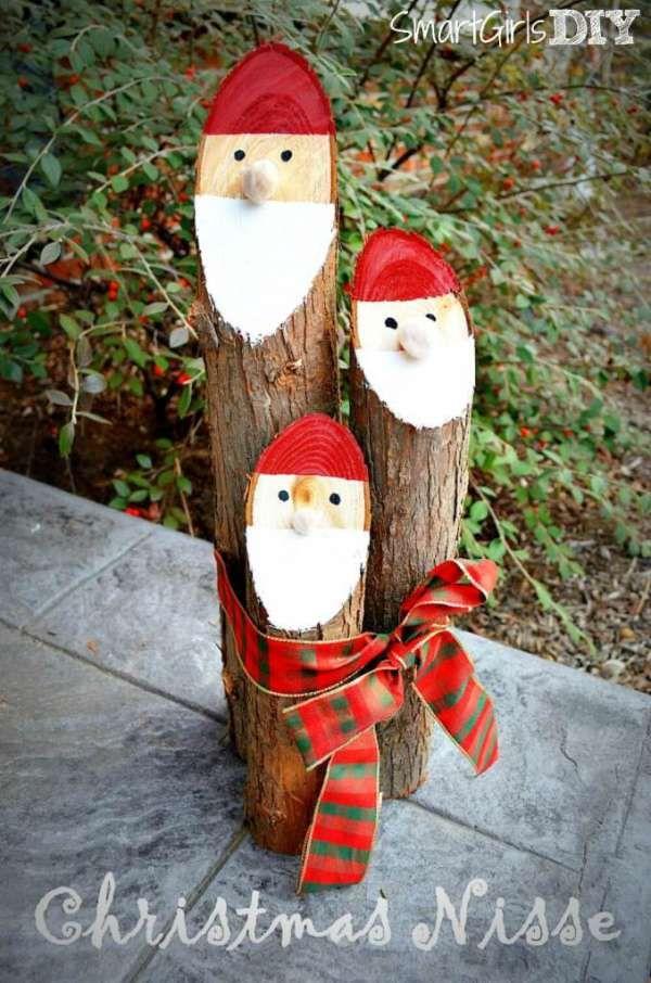 Des Pères Noël avec des bûches