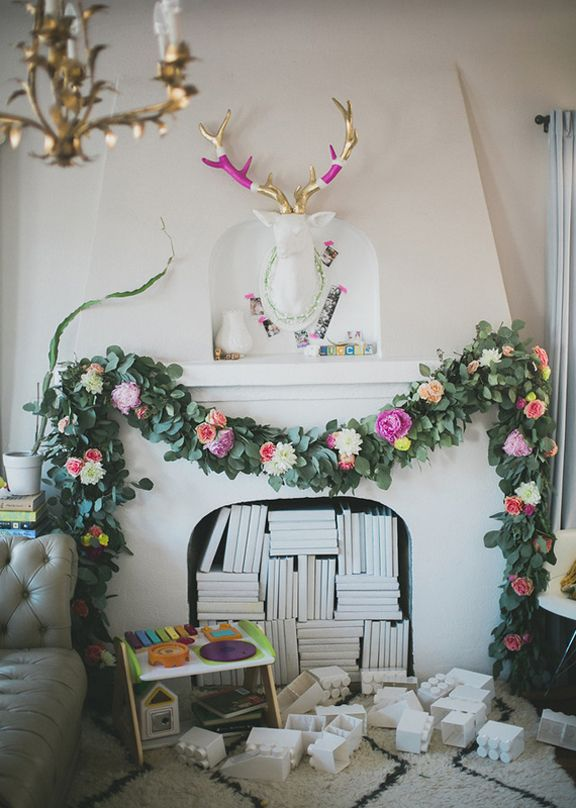 This makes me want to have a party for a baby if it would look like this.  I think the green garland it real but I could make it out of paper.