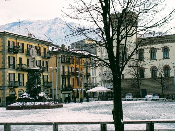 #Włochy #Lecco #Jezioro #Como #italia #italy #lombardia #alpy #północne #widok #krajobraz #romantycznie #miasto #zima #śnieg #plac #piazza