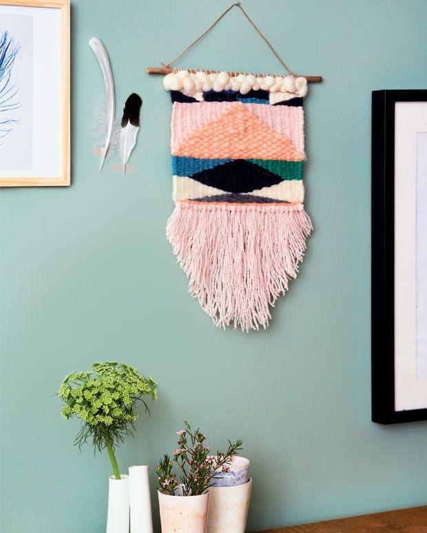 Billedvævning, også kaldet gobelinvævning, har fået en renæssance de seneste år. Med nye opdaterede farver og enkle grafiske motiver kan du væve fine små billedtæpper til din bolig.