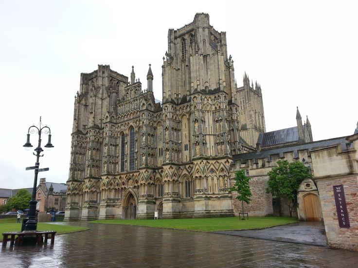 Pohled na katedrálu ve Wells. I tady prší. Původně se ani nechtělo dovnitř (jednak jsem už viděla moc katedrál a také proto, že já v kostelech mám radši ticho a klid a ne davy lidí), ale v tom počasí jsem se rozhodla že se podívám i do této katedrály, protože v tom dešti se mi vůbec nechtěla dělat dlouhou procházku