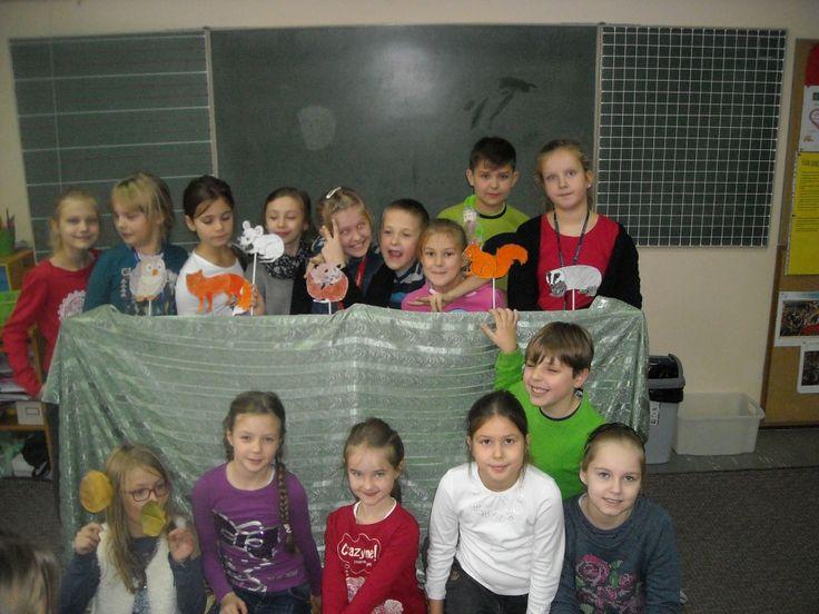 Wszystkie klasy III zostały poproszone, aby zorganizować spotkania dla klas zerowych. Nasza klasa postanowiła zainteresować najmłodszych uczniów naszej szkoły zajęciami o zwierzętach, które żyją w lesie. Wykorzystaliśmy tekst M.Kownackiej z naszego podręcznika.Przygotowaliśmy krótkie przedstawienie. Niektórzy z nas byli pacynkami (zrobiliśmy je sami), a inni czytali tekst.