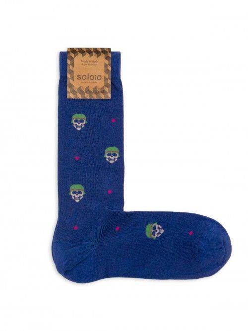 Calcetín de algodón en color azul con calaveras. Los refuerzos en punta y talón, harán que estén siempre como nuevos www.soloio.com #socks#mensocks#calcetines#calcetinesparahombre#menstyle#menshoes#manoutfit#outfitdetails#shoponline#sockstyle#mentrends#skulls#calaveras