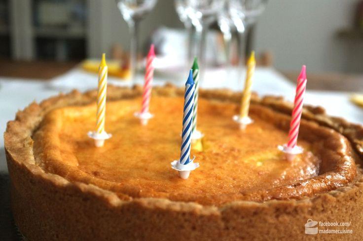 Heute hat mein Mann Geburtstag. Gewünscht hat er sich einen Käsekuchen und den hat er selbstverständlich auch bekommen. Das Rezept stammt von Kikue, der Mutter meiner lieben Freundin Elena. Zu diesem Käsekuchen gibt es eine lustige Geschichte. Kikue, gebürtige Japanerin, hatte vor Jahren in einer Kochsendung gesehen, wie dieser Kuchen gebacken wurde. Eifrig schrieb sie