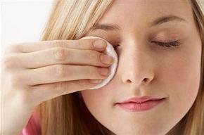 5 Demaquillantes naturales. Al igual que la aplicación diaria de crema, la limpieza de la cara todos los días es uno de los pilares fundamentales para el cuidado del cutis. Solo así se conservara esplendido, fresco y limpio por mucho tiempo.  Cómo hacer desmaquillantes caserosnaturales  1- Desmaquillante de aceite de oliva ylimón, para pieles secas. Ingredientes:  200 gramos de aceite de oliva. 10 gramos de lecitina de soja. 10 gramos de jugo de limón....