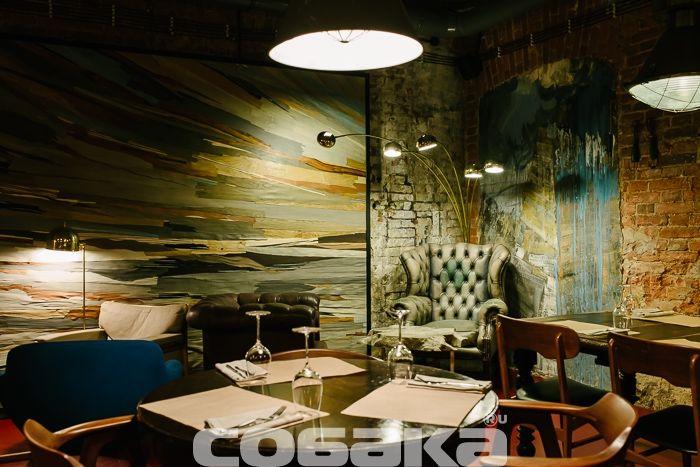 Винный бар «74» — приятнейшее место на Васильевском острове с французскими вином и кухней в интерьерах, оживленных молодыми художниками.