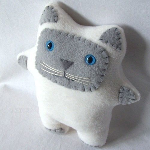 Ideas for handmade - Cats with their hands (17 pictures). More ideas: http://wonderdump.com/ideas-for-handmade-cats-with-their-hands-17-pictures/