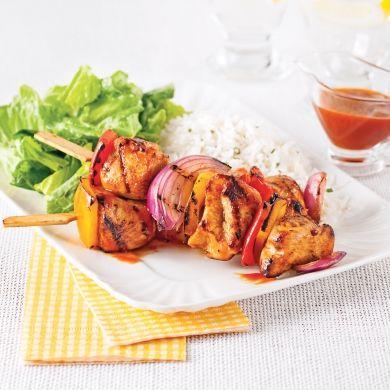 Vous voulez faire saliver à coup sûr la tablée estivale? Optez pour ces brochettes de poulet grillées au goût relevé!
