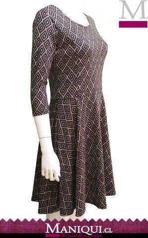 Vestido clásico manga 3/4 y terminación en falda. Preciosos rombos en tonos café ideal para la temporada de Otoño.