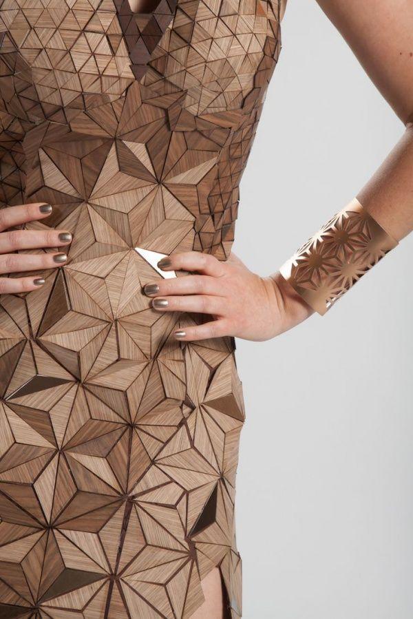 Een jurk dat gemaakt is van hout.