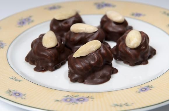 vánoční cukroví - čokoládové oválky s krémem a mandlí