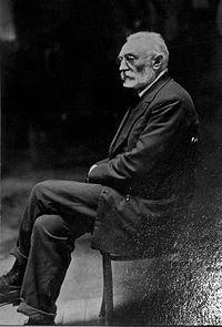 Miguel de Unamuno fue un escritor y filósofo español perteneciente a la Generación del 98. En su obra cultivó gran variedad de géneros literarios como novela, ensayo, teatro y poesía.