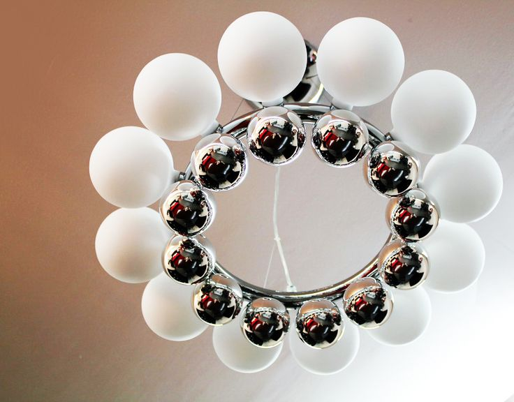 24 PEARLS di Vistosi sospensione a doppio anello di perle, 12 sfere luminose con diffusore bianco satinato - 12 sfere minori in vetro argentato a specchio.