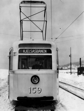 DigitaltMuseum - Oslo Sporveier. Trikk motorvogn 159 type Gullfisk B2, prøvetur på Kjelsåsbanelinjen, linje 4, her på Grefsenplatået. (De seks første (prototyp)gullfiskene ble satt inn på denne banen, linje 4 fra Stortorvet, senere samme år.)
