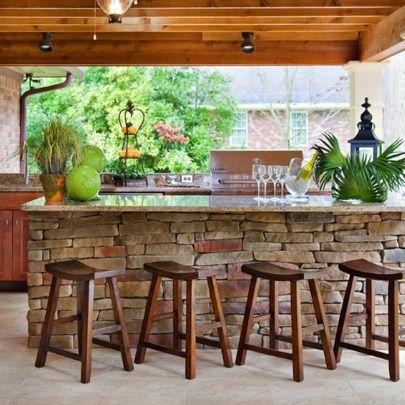 Kleine Outdoor-Küche mit rustikalen Ziegelakzenten   – Jacqueline Travis