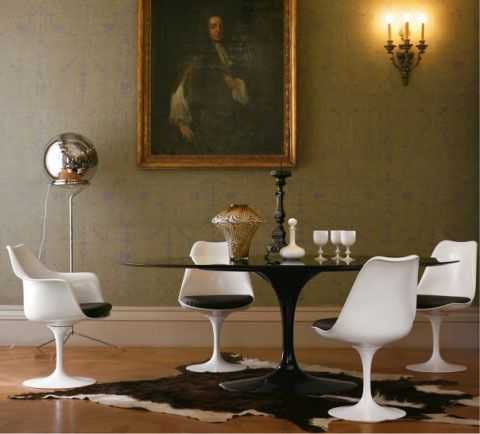 Loving the black and white pairing of white Saarinen Tulip chairs with the black Saarinen table...  ++ apartment therapy