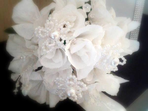 """Bouquet bijoux """"Total White"""" sposa realizzato a mano con fiori di carta crespa, fiori con perle di boemia e rametti con componenti in vetro"""