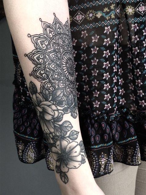 Tatuagem de Flor | Mandala e Preto e Cinza no Braço Feminino
