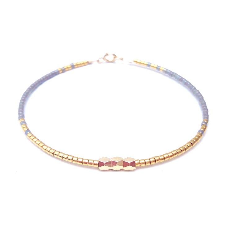 Gouden en zilveren armband, elegante armband, hedendaagse juwelen, Skinny armband, hedendaagse elegante armband  ✴✴✴ GRATIS VERZENDING WERELDWIJD ✴✴✴  Details: -Miyuki delica glaskralen... Elke kraal maatregelen 1.6mmx1.35mm lange (hole naar hole). -GOLD FILLED bevindingen en slotjes, 24 vergulde flexibele draad -3 x grote parels GOLD PLATED  Deze aanbieding is voor een gerolde gouden vulling armband. Deze kralen armbanden zijn zeer fijne en delicate, perfect voor het stapelen maar ook…