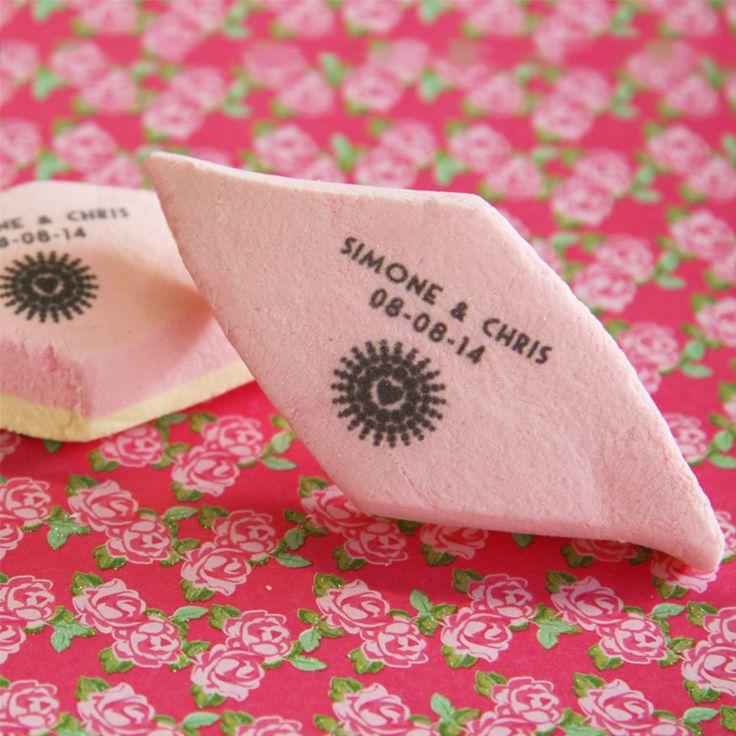 Leuke huwelijksbedankjes: bedrukte spekjes! Je kunt er je eigen tekst op laten bedrukken.  Voor meer informatie: http://www.bedankjes.nu/huwelijksbedankjes/bedankjes-bedrukt-snoepgoed/