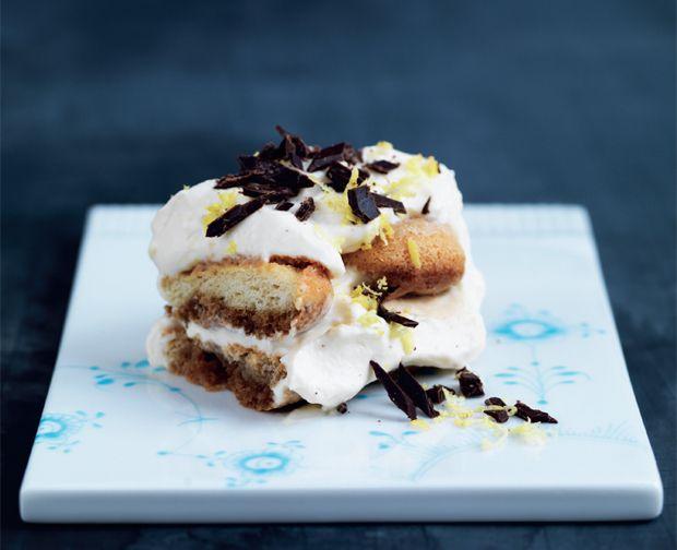 Tiramisu er efterhånden en klassiker på dessertbordet, og her er den serveret i en ekstra frisk version med citron.
