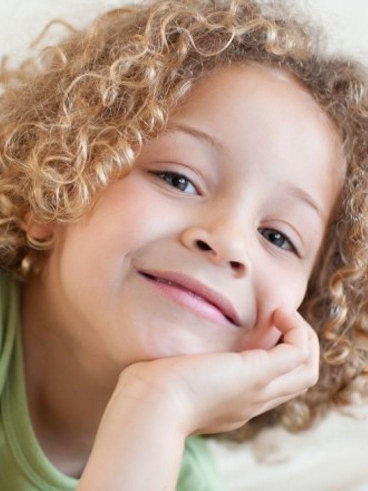 Idée de coiffure cheveux longs pour petit garçon : Longueur bouclée