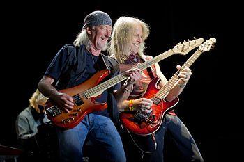 Baskytarista Roger Glover (vlevo) s kytaristou Stevem Morsem během vystoupení rockové kapely Deep Purple v ávilském Hoyos del Espino (2013)