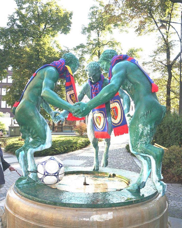 1 września i… 1 miejsce w tabeli piłkarskiej ekstraklasy :-) Z okazji świetnych występów gliwickiego Piasta gliwickie fauny występują w atrybutach prawdziwego kibica! #gliwice #metamorfaunoza