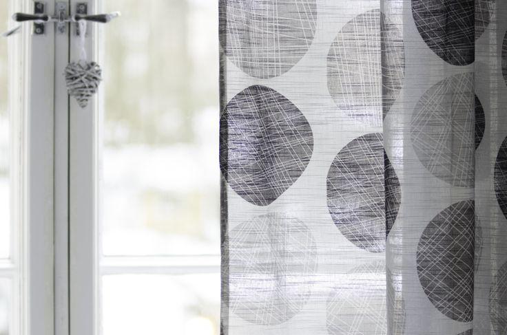 Kevyt ja ilmava Murikka-verhokangas siivilöi valoa kauniisti ja tekee kotiin raikkaan tunnelman. Toimii hyvin myös valoverhona, materiaalina 50% puuvilla 50% polyesteri.