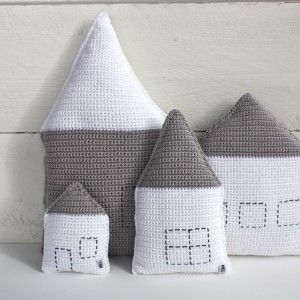 This is something really different: crocheted houses...great idea ;-)